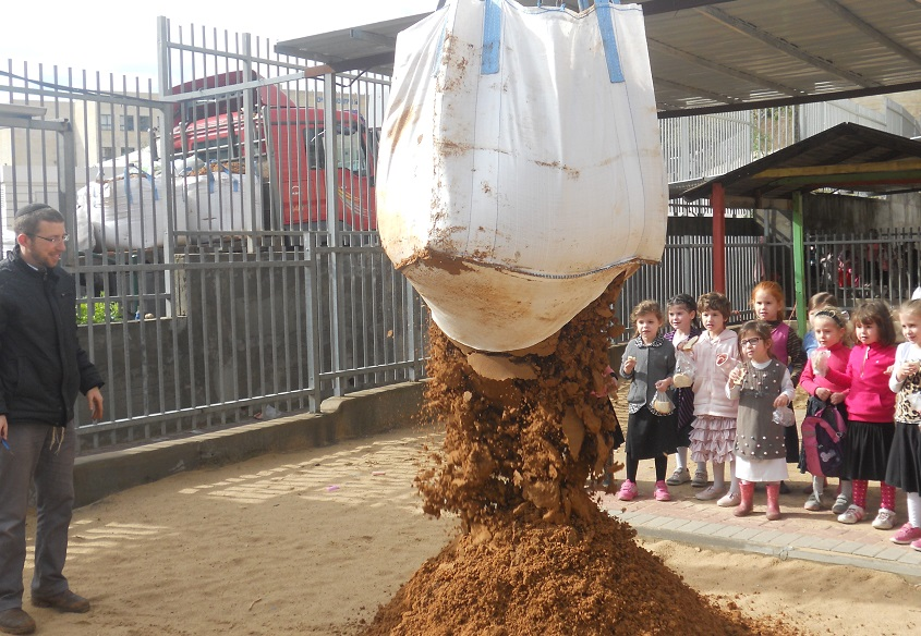 Leshomra's founder Avishai Himelfarb supervising a delivery of soil to a Modiin Illit kindergarten