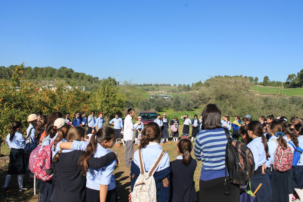 Avishai Himelfarb leading a farm tour for Beis Yaakov girls
